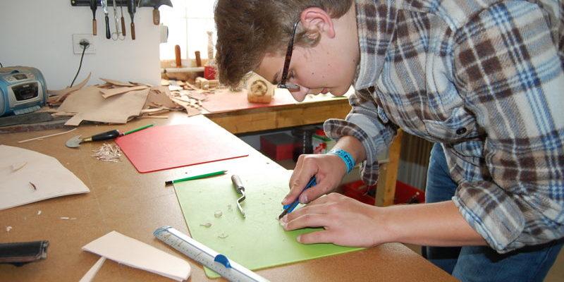 Fabrication de l'étui en cuir, découpe et couture à la main