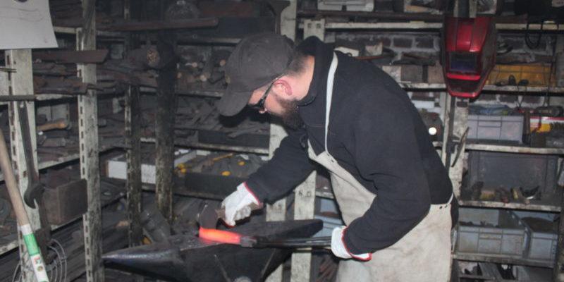 forge de la lame lors d'un stage de forge