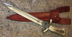 dague de chasse modèle oural , lame forgée en xc 75 avec trempe selective , lame de 30 cm , Manche bois de cerf Garde et pommeau en laiton