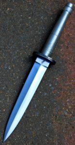 Dague FS NATO intégralement forgé en elmax suedois lame de 17.7 cm ,Manche en aluminium d aviation Ricasso gauche marquée a chaud avec insigne des commandos marines français