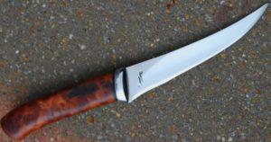 Skinner boning , lame de 13.8 cm forgée en H12MF ( D2 russe) , garde forgée en inox , manche en loupe d orme stabilisé , fait pour la main et les prises en main du client