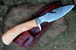 Skinner gut hook lame de 11.5 cm forgée en damas feux , manche en loupe de bouleau stabilisé manche pour la main et prise en main du client